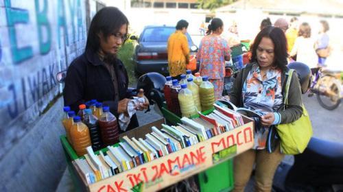 penjual-jamu-keliling-bawa-buku